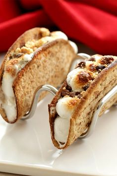 Healthy dessert tacos… s'mores style! Toasty marshmallow, melty chocolate & sweet graham-cracker crumbs in a crispy taco shell made from a Flatout Foldit! 1 taco = 95 calories | 2.5g fat | 4 SmartPoints | PIN!