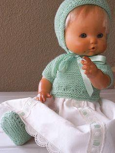 Este traje del Nenuco va en brillantina beig con tiras bordadas en el misno tono ,el traje de punto va en lana de Oso Blanco en color Ver... Baby Doll Clothes, Baby Dolls, Bitty Baby, Knitted Dolls, Lana, Cute Dolls, Cute Kids, Crochet Hats, Knitting