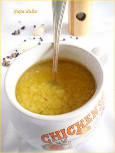 Ingrediente : 1 bucata gaina de casa mai galbenioara si mai musculoasa, 7 buc. morcovi, 4 buc. patrunjel radacina, 1 telina de marime mijlocie, 1 ceapa, 1/4 de varza creata, 1 gulie de marime mijlocie, 2 – 3 catei usturoi, 1 lingura piper boabe, 3 buc. ienibahar, sare dupa gust, Preparare: Punem gaina de curte