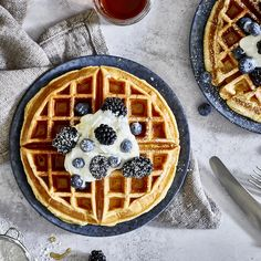 Money saving meals 641622278150176137 - Fluffige Skyr-Waffeln mit Ahornsirup, Beeren und Puderzucker eat shrimp healthy dinners clean dinners clean meal plan h Source by Pancake Healthy, Nutritious Smoothies, Crunches, Food Items, Smoothie Recipes, Clean Eating, Berries, Milk, Tasty
