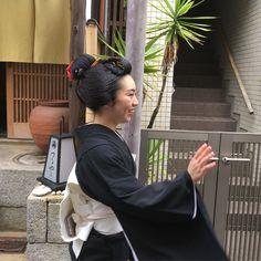 "Takai ShigekiさんはInstagramを利用しています:「かめちゃん、笑顔で妹たちをお見送る。The older sister ""Kikukame"" watching her sisters go out with a smile. #元林院 #奈良 #ganrinin #nara #maiko」"