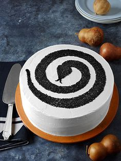 These easy and festive Halloween cakes will delight your fall dinner party or Halloween party guests. Our Halloween cake recipes are spookily good, from haunted house cakes to pumpkin rolls and more. Halloween Desserts, Postres Halloween, Halloween Cakes, Halloween Treats, Halloween Party, Happy Halloween, Cake Original, Haunted House Cake, Snake Cakes