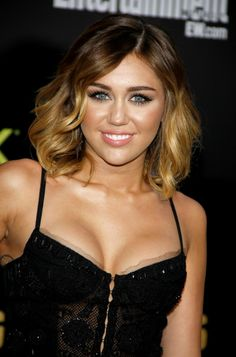 Miley Cyrus Wavy Bob Hairstyles like this wayyyyyyyy better than her pixie cut Cabelo Miley Cyrus, Miley Cyrus Hair, Short Ombre, Ombre Bob, Short Wavy, Long Bob, Wavy Bob Hairstyles, Wavy Bobs, Ombre Hair