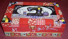 Caixa de costura forrada de tecido, contendo linhas, tesoura dobravel, fita metrica, agulhas e alfinetes. FAÇO EM OUTRAS CORES TAMBÉM. ATENÇÃO VER DISPONIBILIDADE DE ESTAMPAS R$ 55,00