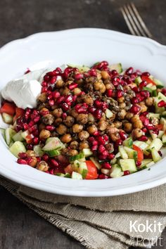 Lämmin kikhernesalaatti granaattiomenan siemenillä - Spicy and warm chickpea salad with pomegranate seeds (in Finnish) | Kokit ja Potit -ruokablogi
