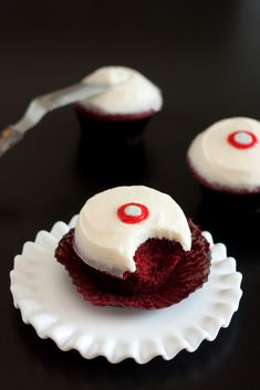 Sprinkles Cupcakes Red Velvet Cupcakes with Cream Cheese Frosting copycat recipe! Red Velvet Cupcakes, Pink Cupcakes, Yummy Cupcakes, Just Desserts, Delicious Desserts, Dessert Recipes, Yummy Food, Icing Recipes, Gourmet