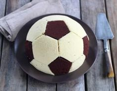 Recipe – Soccer ball cake step by step – football cake – ballons Date Energy Bars, Soccer Ball Cake, Amazing Cakes, Kids Meals, Cupcake Cakes, Cup Cakes, Food And Drink, Recipes, Aide