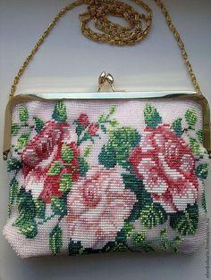 Купить или заказать Бисерная сумочка для невесты вязанная. в интернет-магазине на Ярмарке Мастеров. Бисерная сумочка мягкая и нежная, связана крючком с бисером, во внутрь вшита подкладка. Бисерная картинка розы, с двух сторон. На любом торжестве вы будете центром внимания.
