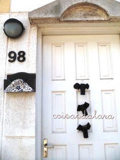 Morcego de PH para decorar a porta http://coisas-da-lara.blogspot.com/2013/10/vai-precisar-rolinhos-de-ph-tesoura-e.html