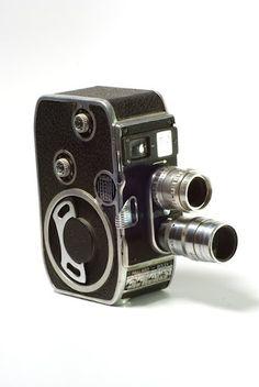 Camara de Cine 8mm Paillard-Bolex con montura giratoria (torreta) para seleccion entre dos lentes: normal (50mm) y telefoto (90mm).     $300 Us