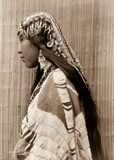 Woman of the Wishram Tribe. Photo from Edward Curtis Colorized By Grover. Native American Wisdom, Native American Beauty, Native American Photos, Native American Tribes, Native American History, American Indians, American Life, American Quotes, American Symbols