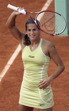 Amélie Mauresmo est née le 5 juillet 1979. C'est une joueuse de tennis, sa carrière professionnelle a commencée en 1993 et s'est terminée en 2009.