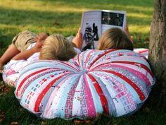 Jelly Roll Floor Pillows « Moda Bake Shop - zwei riesige Kissen aus einer Jelly Roll, mit Anleitung