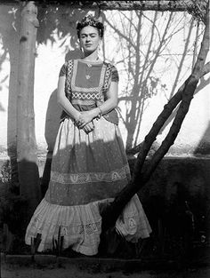 Frida Kahlo in the garden, Coyoacán, Photo by by Leo Matiz. Diego Rivera, Frida Salma, Frida Kahlo Portraits, Frida And Diego, Frida Art, Atelier D Art, Foto Real, Mexican Artists, My Muse