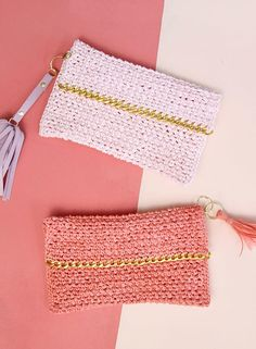 Chain Edge Raffia Crochet Clutch | Bring some glam into your accessory style with this spunky DIY clutch and its glitzy gold chain and raffia texturing.