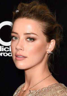 Amber Heard inspira com a maquiagem natural para arrasar no inverno.