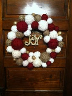 Check out these awesome Christmas Decorating Ideas to Turn Your Home Into a Winter Wonderland - Pom Pom Wreaths Christmas Wreaths To Make, Diy Christmas Tree, Christmas Ornaments, Christmas Pom Pom Crafts, Wreath Crafts, Diy Wreath, Mery Chrismas, Natal Diy, Decoration Entree