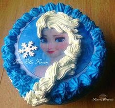 La Torta Elsa Frozen è una torta in panna con cialdamolto scenografica, più semplice di quanto si pensi, anche per chi come me non è esattamente una maga del decoro in panna; vi riporto la mia esperienza diretta sperando che possa tornarvi utile se volete se volete cimentarvi