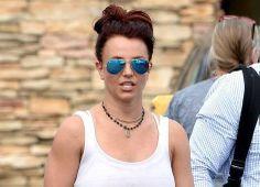 Britney Spears porte des Ray-Ban Aviator Flash lenses RB 3025 112  http://www.visiofactory.fr/lunettes-de-soleil/3867-lunettes-de-soleil-ray-ban-rb-3025-aviator-large-metal-112-17-dore-verres-miroirs-bleus-medium-8053672000481.html