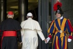 Pope Francis and a Swiss Guard Catholic Art, Roman Catholic, Juan Pablo Ll, Vatican City Rome, Pope Francis Quotes, Swiss Guard, Religion, Hold My Hand, Great Leaders
