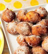Banana Fritters- these would be good dipped in nutella! Recipes Appetizers And Snacks, Snack Recipes, Dessert Recipes, Cooking Recipes, Fruit Snacks, Banana Treats, Yummy Treats, Yummy Food, Banana Fritters
