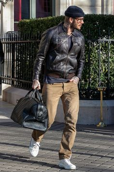 Every Weekend City Break Should Look Like David Beckham Estilo David Beckham, David Beckham Style, Stylish Mens Outfits, Casual Outfits, Men Casual, Fashion Outfits, Mode Masculine, Look Casual Hombre, Quoi Porter