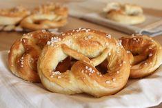 PRETZEL SALATI (o brezel)   ricetta semplice   senza lattosio Soft Pretzels, Cupcakes, Onion Rings, Biscotti, Pasta Recipes, Pizza, Bread, Diet, Ethnic Recipes