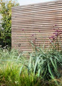 Straight fence with wild greenery Back Gardens, Small Gardens, Outdoor Gardens, Garden Screening, Horizontal Fence, Pergola Plans, Diy Pergola, Pergola Kits, Wooden Fence