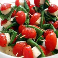 Tomato Basil and Mozzarella Skewers - Tofu Bowl Rezepte Mozarella, Tomato Mozzarella, Tomato Basil, Caprese Skewers, Caprese Salad, Skewer Recipes, Appetizer Recipes, Ensalada Caprese, Appetisers