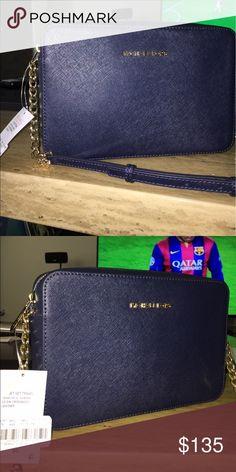 Michael kors crossbody New! Still has tags! Willing to consider reasonable offers Michael Kors Bags Crossbody Bags