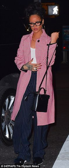 Pretty in patterns: She looked fashionable in a white and red houndstooth patterned coat Rihanna Fashion, Rihanna Style, Winter Fashion Outfits, Fall Outfits, Cute Outfits, Rihanna Fenty, Coat Patterns, Womens Glasses, Top Coat