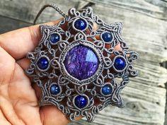 チャロアイトとカイヤナイト、ラピスラズリを組み合わせてマクラメ曼荼羅ネックレスを創りました。 Macrame Necklace, Macrame Jewelry, Macrame Bracelets, Pendant Jewelry, Macrame Design, Macrame Art, Sashiko Embroidery, Rock Jewelry, Micro Macramé