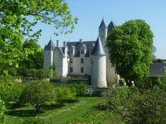 Dans le Val de Loire, le château du Rivau, classé au patrimoine mondial de l'Unesco, et ses jardins offrent une parenthèse enchanteresse aux promeneurs.  Le château a conservé une architecture typique du XVe siècle, ce qui est très rare dans la région du Val de Loire.