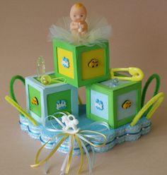 centro de mesa a base de cubitos de foamy apropiado para un cumpleaños o baby shower de niño