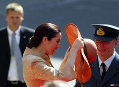 24 września 2003         Oficjalny komunikatTrybunału, królowa Małgorzata zgodziła się na ślub Następcy Tronu z Mary Elizabeth Donaldson. ...