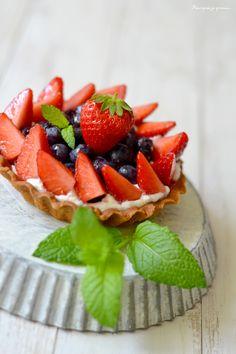 Tartelette aux fraises & aux myrtilles. ~ Strawberries & raspberries tartlet.