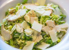 Receta de ensalada césar fácil Deli Food, Small Cake, Home Food, Healthy Salad Recipes, Dried Fruit, Feta, Cucumber, Tapas, Recipies