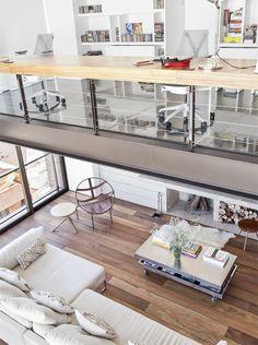 Dúplex em Porto Alegre com ambientes integrados - Casa  AMEI O PISO: piso de ipê (Foster Pisos de Madeira).