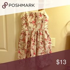 Floral Dress Floral pattern. Pockets on side. Zipper on back. Worn and washed, in good condition! Forever 21 Dresses