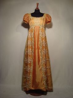 Empire style dress, 1810 Regency…finally an orange dress worthy of Caroline Bingley. Vintage Outfits, Vintage Gowns, Vintage Mode, Vintage Clothing, 1800s Fashion, 19th Century Fashion, Vintage Fashion, Regency Dress, Regency Era