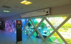 El artista, compositor y arquitecto Christopher Janney, recientemente realizó una instalación a gran escala en el Aeropuerto Internacional de Miami llamada Harmonic Convergence. El artista la llama como una abstracción de colores y sonidos pertenecientes a Florida.