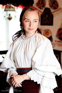 Colecţia de artă populară Silvia-Floarea Tóth European Girls, Folk Embroidery, Fantasy Dress, Folk Costume, Traditional Dresses, Beauty Women, Marie, Elegant, Romania