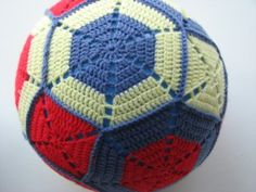 Ballonbal, gratis patroon (written pattern in Dutch) Crochet Baby Blanket Tutorial, Baby Girl Crochet Blanket, Crochet Braids For Kids, Crochet Scarf Easy, Crochet Ball, Crochet Toys, Crochet Animals, Fingerless Gloves Crochet Pattern, Baby Rattle