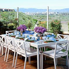 Outdoor entertaining in blue and green. Traditional Home June 2015. Design: Emily Ruddo
