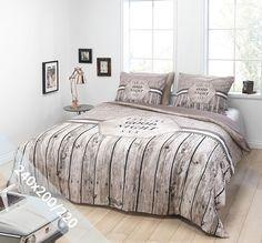 Essara dekbedovertrek 'Darling'. Een lits-jumeaux (240x200/220 cm) dekbedovertrek van 100% zacht katoen met als basis een stoere achtergrond met onderaan steigerhouten planken. In het midden de tekst 'Darling Goodnight XXX'.
