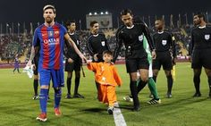 Afghan boy who became a viral star for wearing a plastic-bag Lionel Messi jersey has finally met his hero! Manchester House, Lionel Messi, World Of Sports, Boys Who, How To Become, Hero, Baseball Cards, Stars