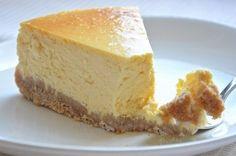 Vă prezentăm o rețetă de cheesecake delicios cu brânză de vaci. Obțineți o prăjitură deosebit de fină, aromată și delicioasă, cu un nivel caloric scăzut. Decorați cheesecake-ul după gust și acesta cu siguranță va deveni vedetă pe masa de sărbătoare. La fel, datorită ingredientelor naturale, este un desert perfect pentru copii. Echipa Bucătarul.euvă dorește poftă bună alături de cei dragi!