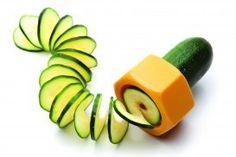 Cucumbo van Monkey Business De Cucumbo is een spiraalsnijder die van je saaie komkommer/courgette een mooi kunstwerk maakt. #kookcadeau #komkommer #cadeau #moederdag #sinterklaascadeau #kerstcadeau