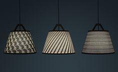 As luminárias Take Off têm cúpulas de papel destacáveis. O usuário define por onde a luz vai passar nessa luminária, organizando a cúpula conforme preferir.