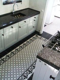 Beautiful tile floor in classic kitchen. Kitchen Tiles, Kitchen Flooring, Kitchen Design, Kitchen Cabinets, Dutch Kitchen, New Kitchen, Best Flooring, Classic Rugs, Floor Design